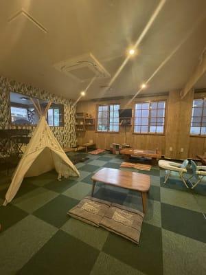 テーブル4台まで設置可能。キッズのテントや滑り台があるのでママ会や講演会にも◎ - Emon's chouchou イベントスペース、ダンススタジオの室内の写真