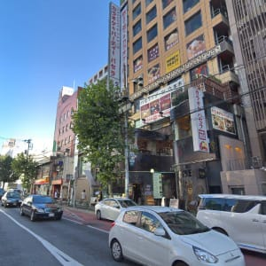 六本木駅3番出口から徒歩1分。外苑東通りを東京タワー方面に進んですぐの右側です。 - パセラリゾーツ六本木 貸切スペース ガイラの外観の写真