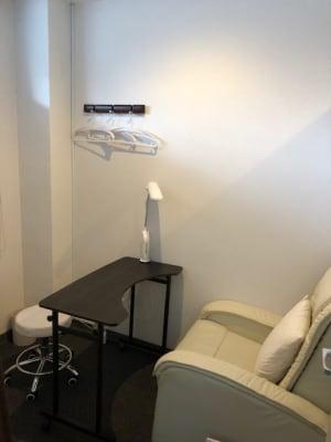 ソファチェア、テーブル、ライト - エルネイル中目黒サロン Lnail中目黒サロン個室の設備の写真