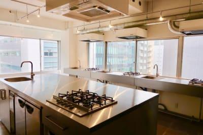 幅300cm 奥行130cm 大型アイランドキッチン - 日本橋キッチンスタジオ 菓子製造業・飲食営業許可有の室内の写真