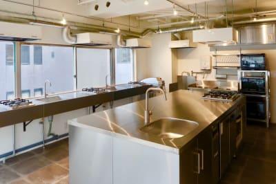 幅300cm 奥行130cm 大型アイランドキッチ 幅150cm キッチン3台 - 日本橋キッチンスタジオ 菓子製造業・飲食営業許可有の室内の写真