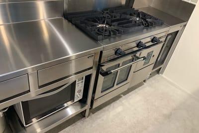 本格的なガスコンロとオーブン。業務用なので家庭用と比べると火力が桁違いです。 - ATELIER295 キッチン付き多目的スペースの設備の写真
