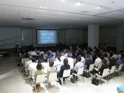 研修 - イベントホール洛央(大ホール) イベントスペースの室内の写真