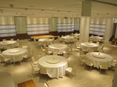 パーティー形式例 - イベントホール洛央(大ホール) イベントスペースの室内の写真