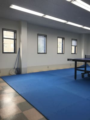 窓が多く、換気可能 - NDY二番町スタジオ 卓球ができるレンタルスペースの室内の写真