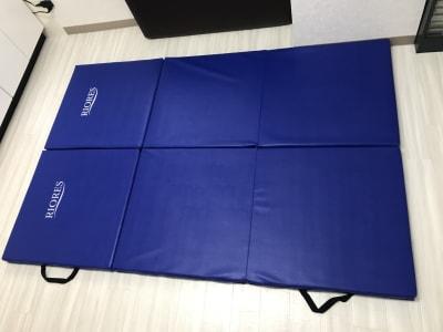 ヨガ タイ式 ストレッチ などの多用途マット2枚、厚さは5㎝ぐらいで固めです。 - 南浦和駅東口徒歩5分レンタサロンの室内の写真