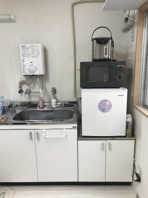 流し台 湯沸かし器 浄水器 ポット 電子レンジ 冷蔵庫 - 南浦和駅東口徒歩5分レンタサロンの室内の写真