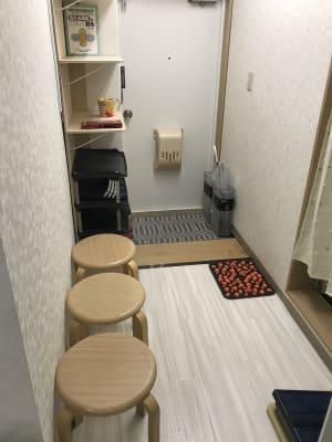 丸椅子は待合室兼用です。入り口の施錠もできます。インターホンはカメラ付きです。 - 南浦和駅東口徒歩5分レンタサロンの室内の写真