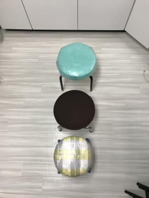 足施術やセラピストの座椅子に3脚あります。オーナーは内田式巻き爪魚の目施術して - 南浦和駅東口徒歩5分レンタサロンの室内の写真