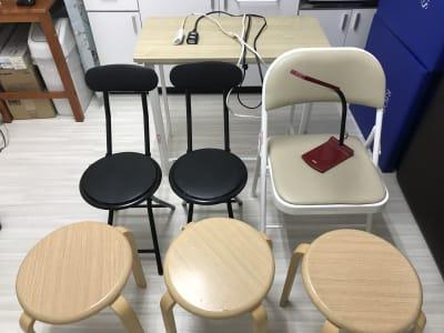 テーブル 椅子 LED卓上照明 延長コード2m2本 - 南浦和駅東口徒歩5分レンタサロンの室内の写真
