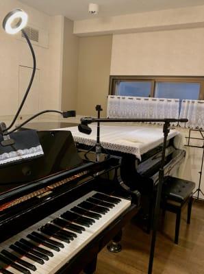 マイクスタンド スマホライト付スタンド - ピアノノビレ レンタルスペース 音楽スタジオ 勉強会の室内の写真