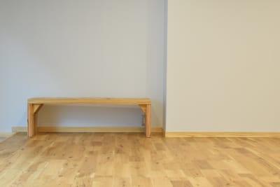 DIYで作ったかわいいベンチ - コスモコート レンタルスペースの室内の写真