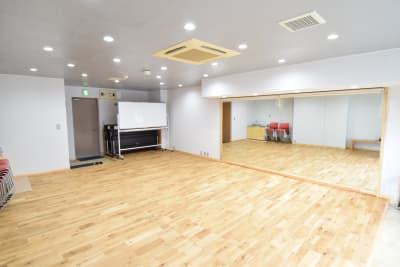 大きな姿鏡を設置。ヨガ、ピラティス、ダンスに - コスモコート レンタルスペースの室内の写真