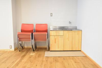 椅子は全部で20脚 - コスモコート レンタルスペースの室内の写真