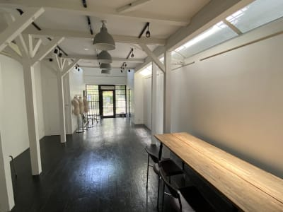自然光 - SOCIAL TOKYO ギャラリー&エキシビジョンの室内の写真