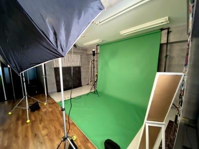 緑背景のバックペーパースペース。専用ソフトで合成が可能な写真が撮影できます。 - ラクスタ 安くて気軽に使えるフォトスタジオの室内の写真