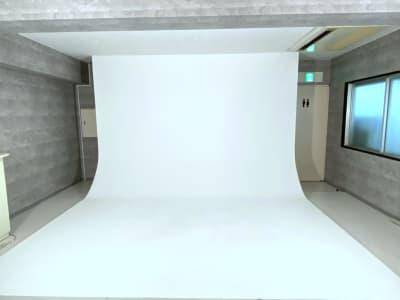 白ホリゾント完備。少人数での撮影には十分な大きさです。 - ラクスタ 安くて気軽に使えるフォトスタジオの室内の写真