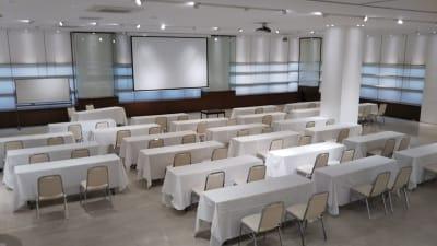 スクール形式例 - イベントホール洛央(大ホール) イベントスペースの室内の写真