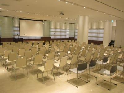 シアター形式例 - イベントホール洛央(大ホール) イベントスペースの室内の写真