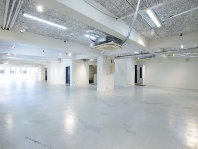 BPガーデンシティ南船場 大きな窓と広々したマルチスタジオの室内の写真