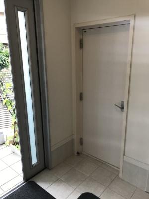 レッスンルーム入口は玄関入り、すぐ左手となります。 - 防音サロン Bright レッスンルームの入口の写真