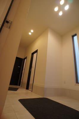 広々としたホール。トイレも2か所ございます。 - 防音サロン Bright レッスンルームの入口の写真