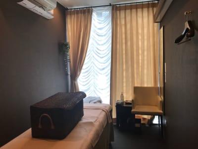 窓側なのでカーテンを開けると光がはいってきます - 銀座リラクゼーションサロンルアン 女性限定の出入口カーテン個室!の室内の写真