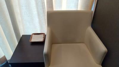 お部屋内のミニテーブルと椅子 - 銀座リラクゼーションサロンルアン 女性限定の出入口カーテン個室!の設備の写真
