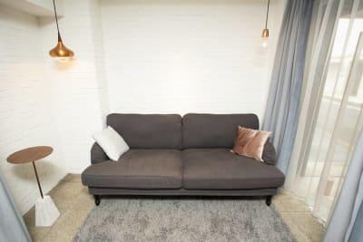 入り口入ってすぐにあるソファのお写真です - ホームズ飛騨 103の室内の写真