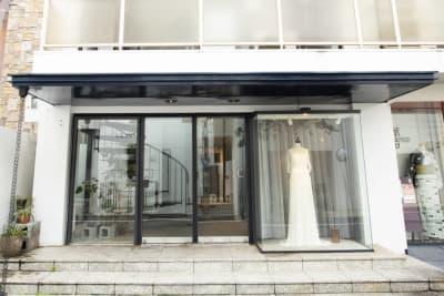 スペース入り口の外から見たお写真です 目印はドレスになっております - ホームズ飛騨 103の入口の写真
