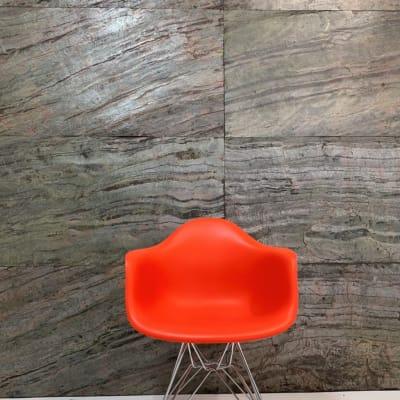 天然石を貼った背景。自然の石ならではの光沢とニュアンスがクール。 - スタジオ羅寂RAJAQの室内の写真