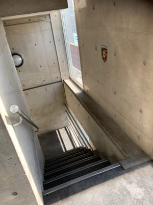 コンクリート打ちっぱなしの階段も撮影可能です。 - スタジオ羅寂RAJAQの室内の写真
