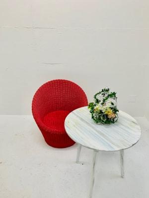 白壁は凸凹があるニュアンス白。シャビーな家具もご用意しています。 - スタジオ羅寂RAJAQの室内の写真