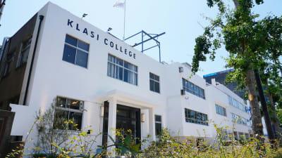 大阪港駅より徒歩2分 白い壁が目印です。ご来館時は受付スタッフにお声がけください。 - KLASI COLLEGE 平日利用 スペースのみの外観の写真