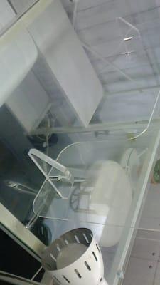 飛沫防止プレートで安全です。手元が空いているタイプなので施術しやすいです! - 新宿44ビル内44サロングループ 44ネイルステーション1H500の室内の写真