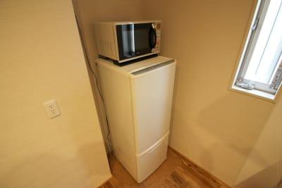電子レンジ・冷蔵庫 - CocoConne 福岡西新2 キッチン付完全貸切個室 はなれ2の室内の写真