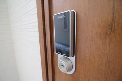玄関には電池錠がついております - CocoConne 福岡西新2 キッチン付完全貸切個室 はなれ2の入口の写真