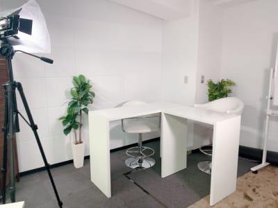 対談撮影にも最適です。 照明等機材費込 - 【新宿】知恵の場オフィス 別館 駅近徒歩7分 貸し撮影スタジオ!の室内の写真