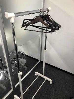 コートかけもあります。 - 【新宿】知恵の場オフィス 別館 駅近徒歩7分 貸し撮影スタジオ!の設備の写真