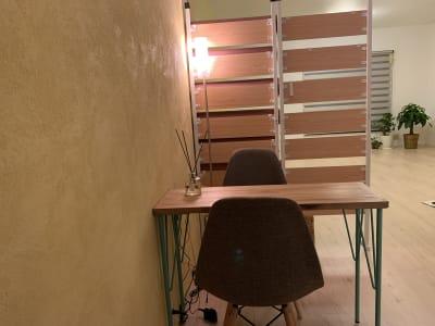 漆喰の壁で暖かみがあります - Kuuma Paikka ヨガスタジオ、フェイシャルエステの入口の写真
