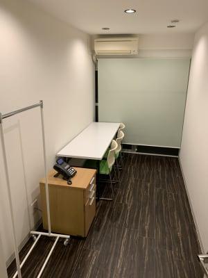 デスクと椅子(2)ワゴン(1)、コートハンガー(1)広さ7㎡ - wingsky Tokyo 2号室の室内の写真