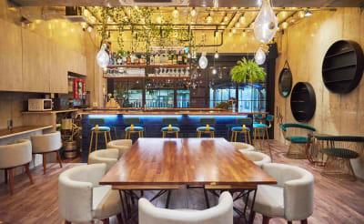 ワンサードライフ おしゃれなカフェ&バーを半貸切の室内の写真