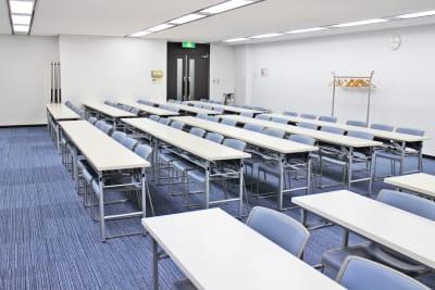 カーニープレイス4F(スクール形式) - SMG/本町・カーニープレイス 70名用セミナールーム(4F)の室内の写真
