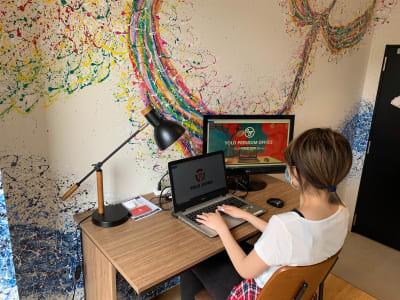 各部屋に1台モニター付なので2画面で効率よくお仕事いただけます - YOLO BASE 【完全個室】テレワークルームの室内の写真