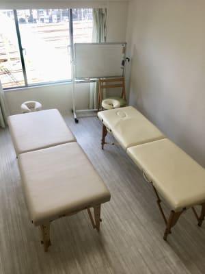 新大阪 ハート・アンド マッサージベッド2台設置の個室の室内の写真