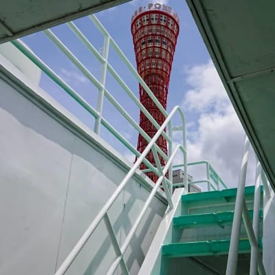 一般のお客様の立ち入りをこの階段で封鎖していますので、神戸のワンダフルな景色は独 - 神戸ベイクルーズ 船の貸切スタジオの入口の写真