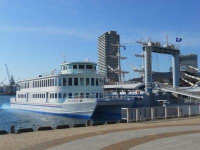 ロイヤルプリンセス号は500人乗船の遊覧船です。 - 神戸ベイクルーズ 船の貸切スタジオの外観の写真