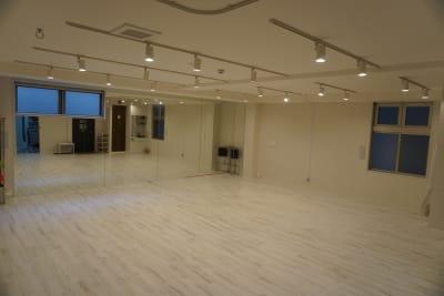 明るさ調整可(4段階) - スタジオフュージョン レッスンスタジオの室内の写真