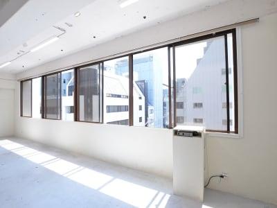 BPガーデンシティ南船場 南向き窓から自然光が入るスタジオの室内の写真
