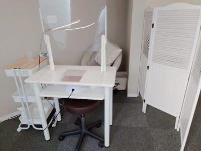 待合イス、コートハンガー、ネイルテーブル - ネイル専用サロンCrystal ネイルテーブルBの室内の写真